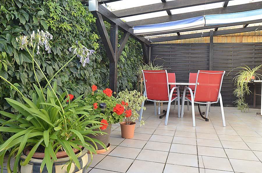Überdachte Terrasse,gemütliche Sitzecke mit Blick zum Garten. Ferienwohnung Haus am Weinberg, Mußbach-Neustadt/Weinstr.