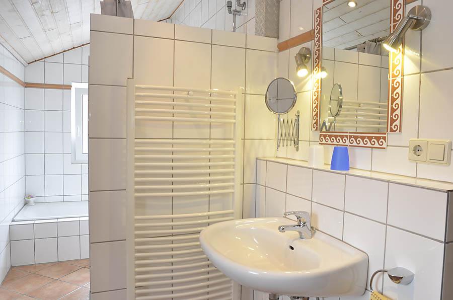Badezimmer mit Dusche und Badewanne, Ferienwohnung Haus am Weinberg, Mußbach - Neustadt / Weinstr.