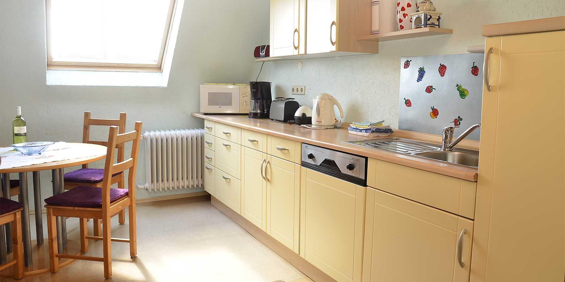 helle Küche mit Esstisch, Ferienwohnung Haus am Weinberg