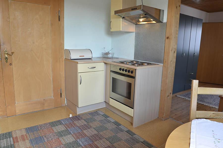 helle Küche mit Esstisch, komplett eingerichtet