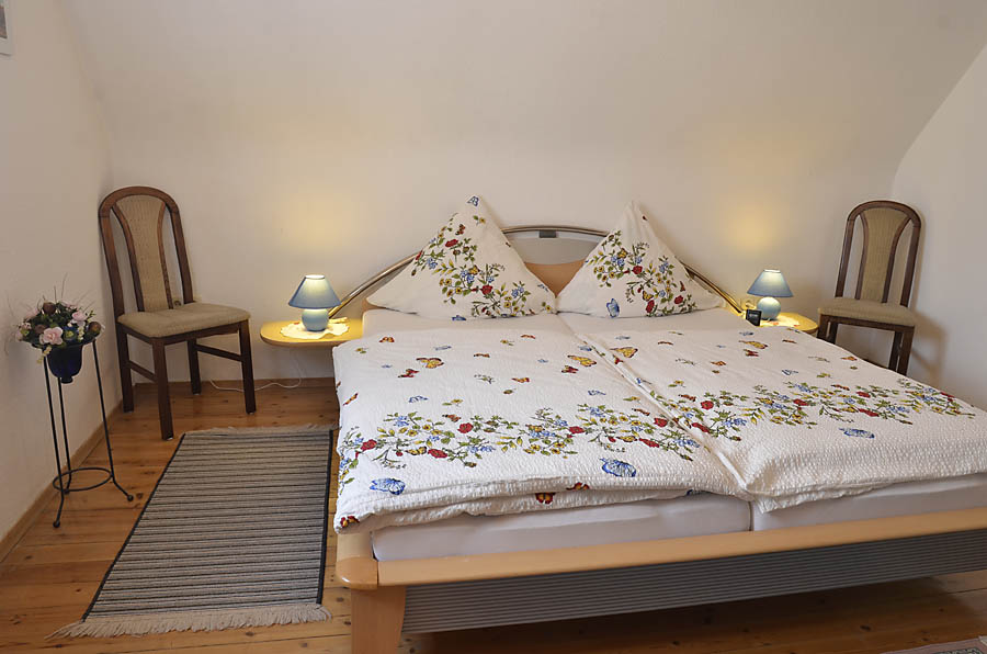 Großes Schlafzimmer mit Doppelbett und Schrank, Ferienwohnung Haus am Weinberg, Mußbach - Neustadt / Weinstr.