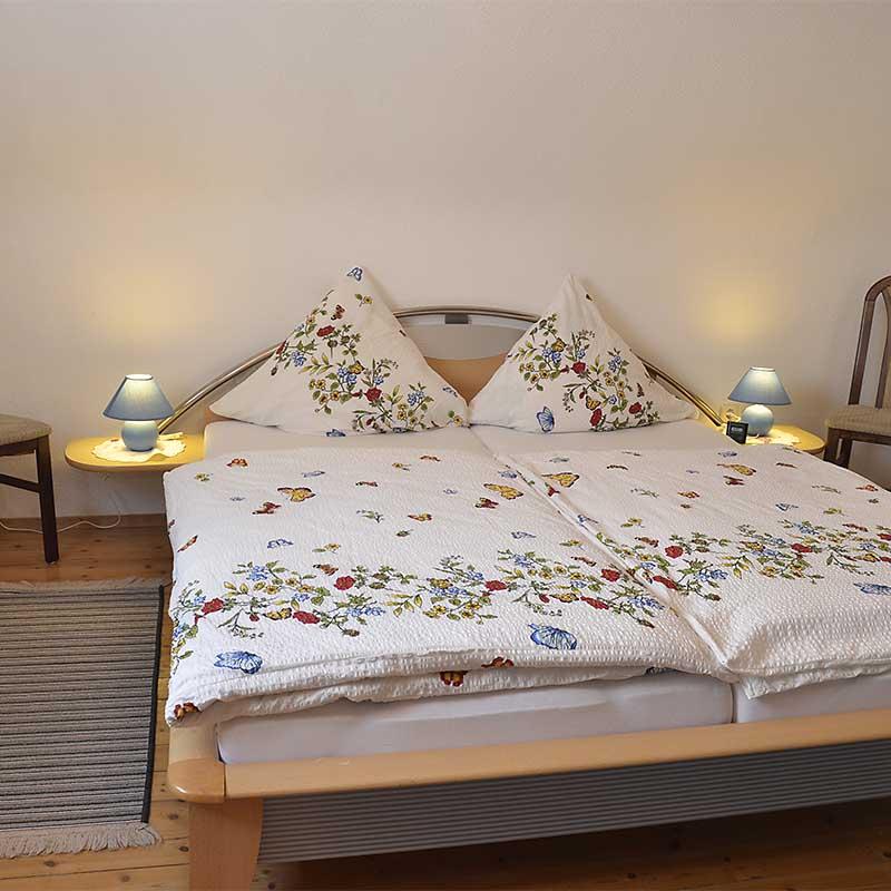 1. Schlafzimmer mit Doppelbett und Sitzecke, Fewo Haus am Weinberg
