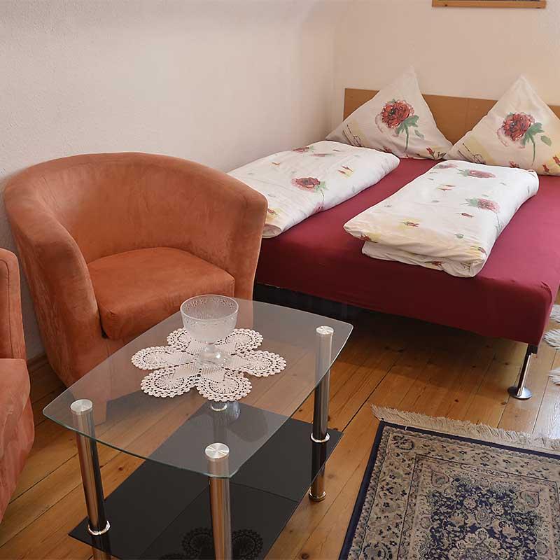 2. Schlafzimmer mit Doppelbett und Sitzecke, Fewo Haus am Weinberg